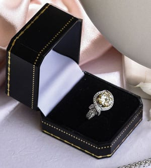 Magnificent and spectacular yellow 'fancy' diamond ring in 18ct gold setting
