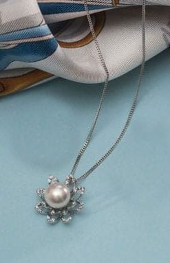 Exquisite new Perla Fiori 18ct white gold, Akoya pearl and diamond set: Necklace