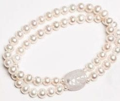 Galapagos Bracelet in natural pearls finished with a turtle in lilac quartz